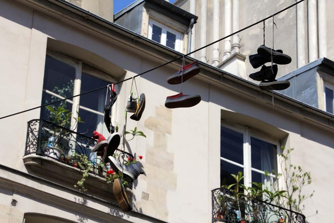 chaussures suspendues sur un fil