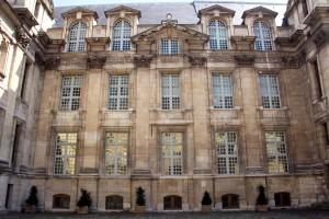 Façade de l'hôtel de Lamoignon à Paris