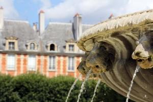 Place des Vosges Paris fontaine