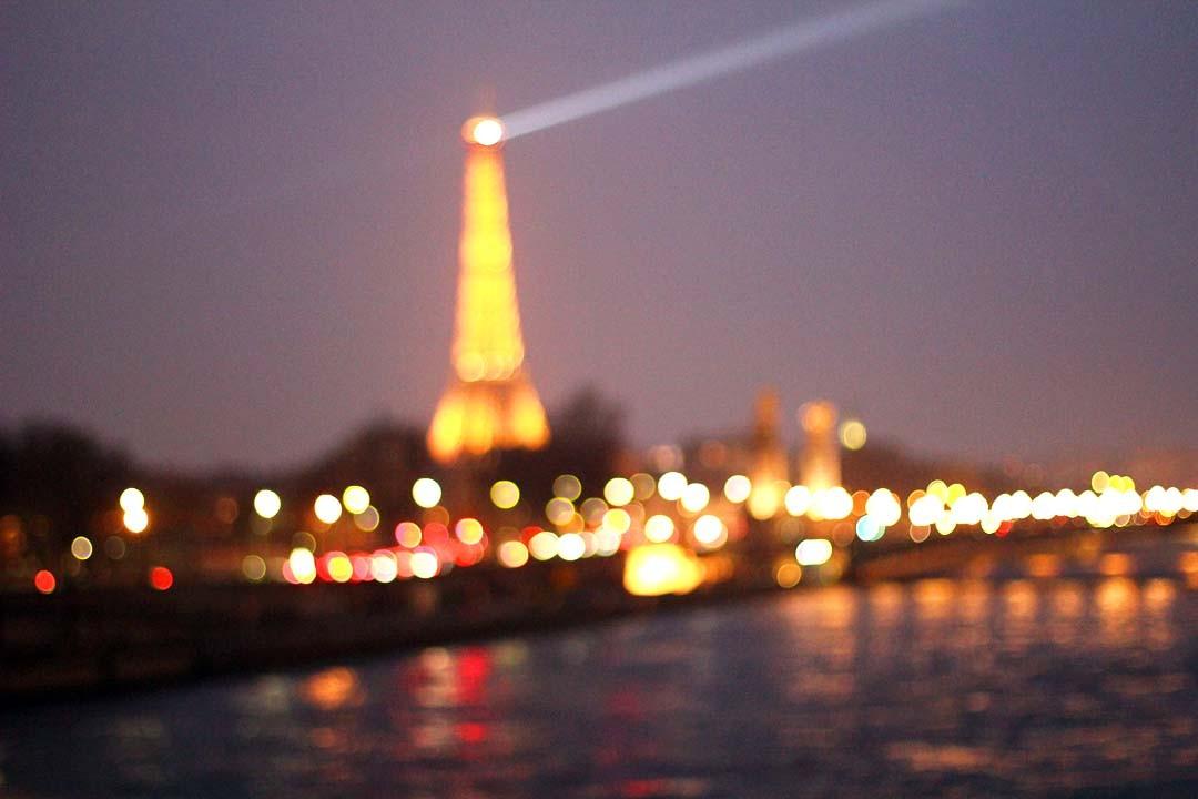 Vue sur Tour Eiffel de nuit, floue