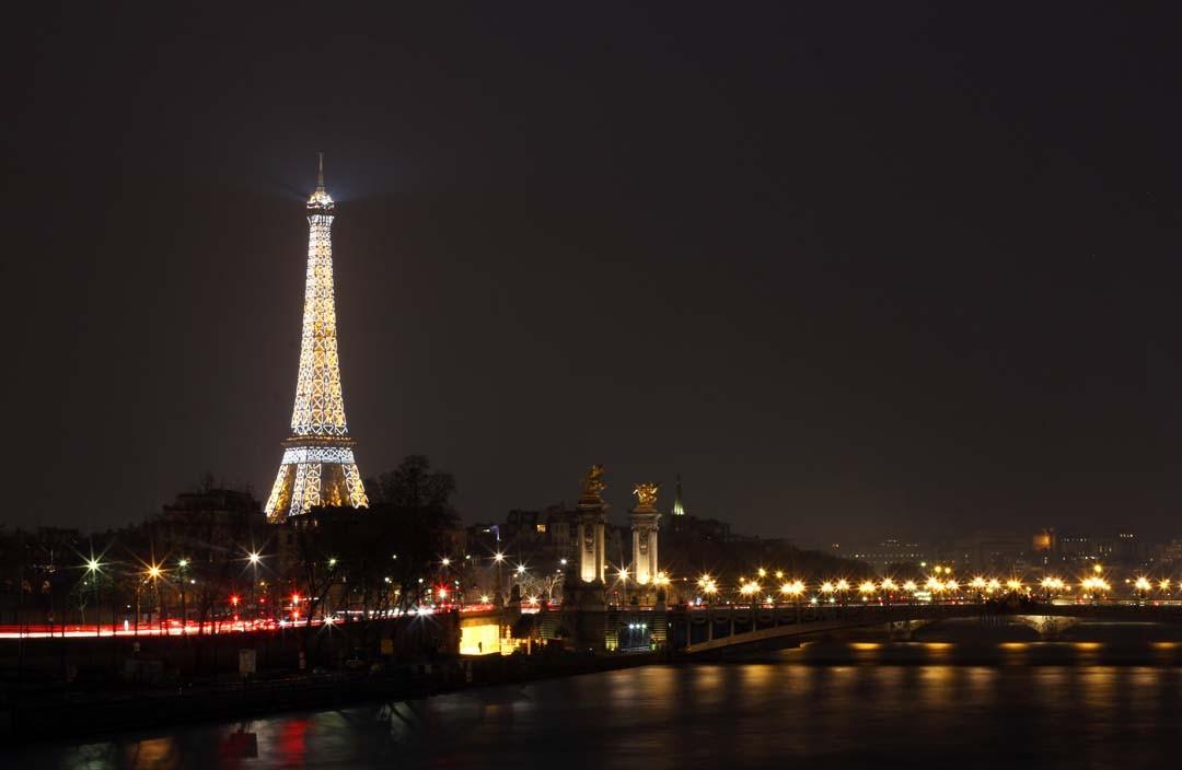 Vue sur Tour Eiffel scintillante de nuit