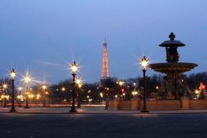 Vue sur Tour Eiffel et place de la Concorde de nuit