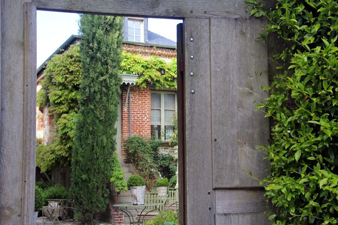 Maison derrière un portail
