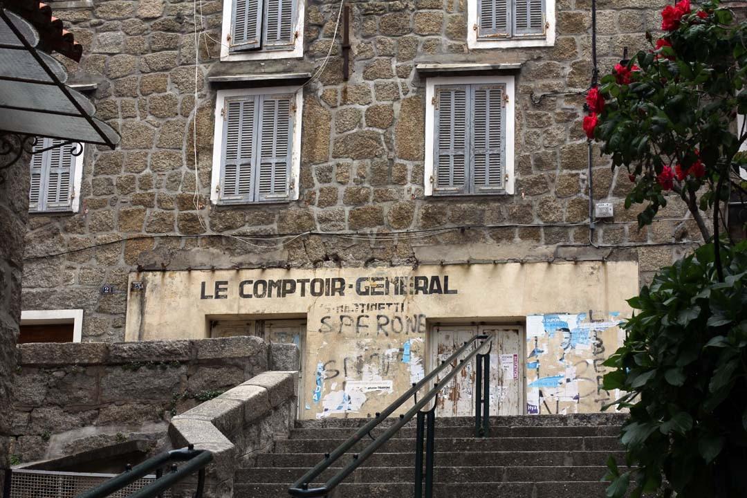 Rue dans la ville de Sartène en Corse du sud