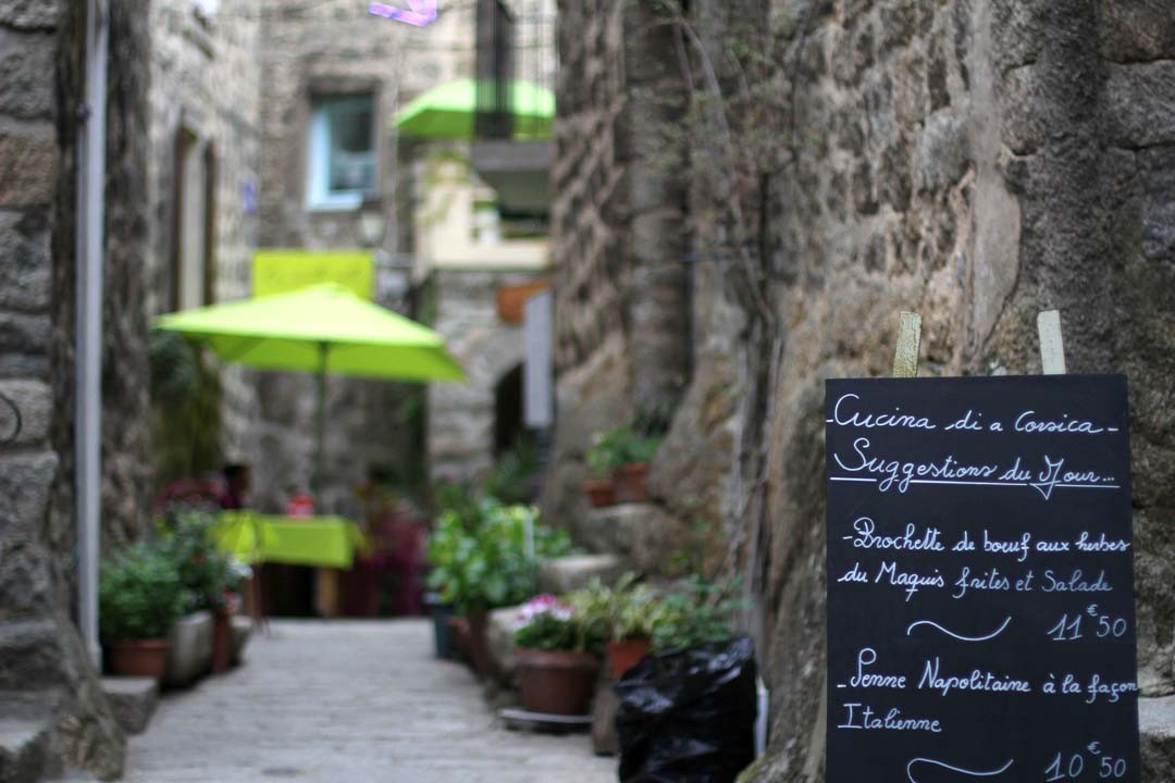 Ruelle et restaurant à Sartène en Corse du Sud