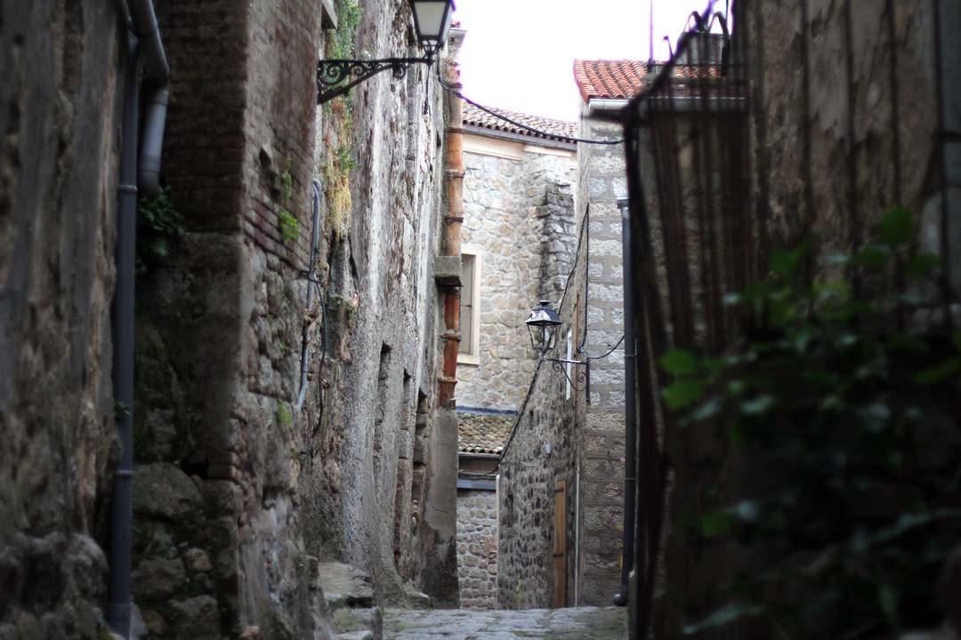 Ruelle dans la ville de Sartène en Corse du sud