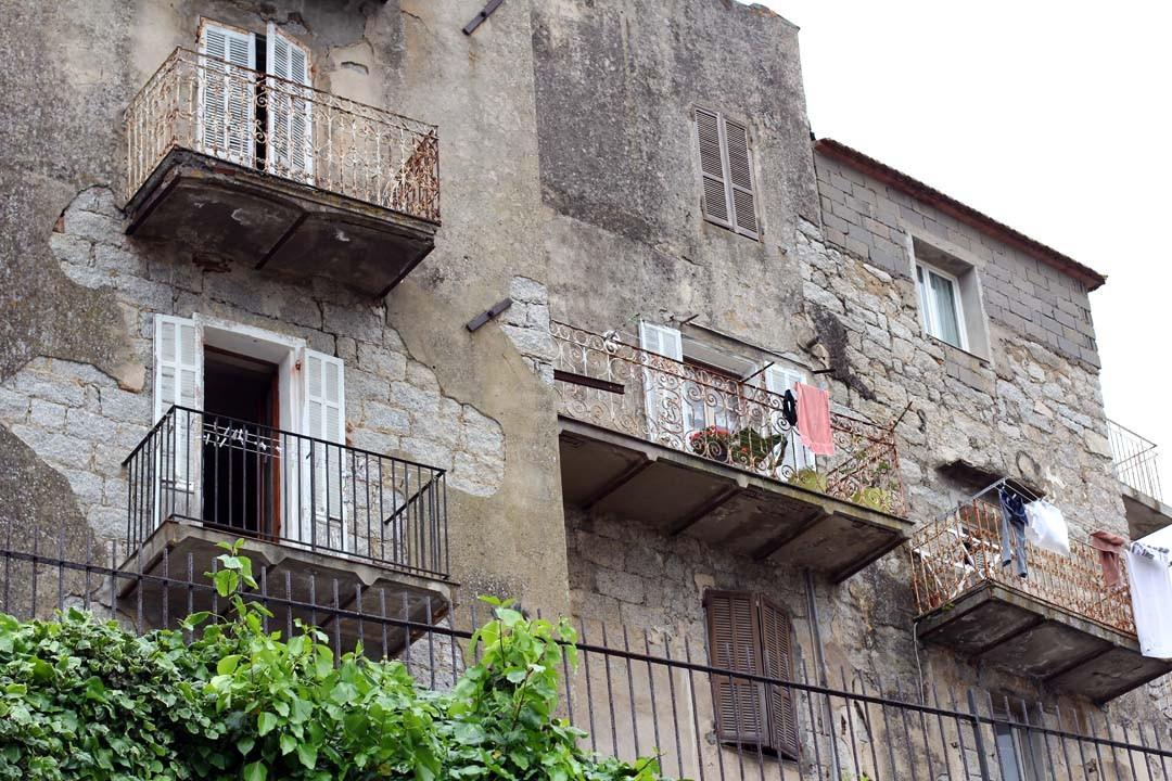 Maisons dans la ville de Sartène en Corse du sud