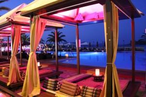 Fiesta à Ibiza dans un bar, boîte, piscine