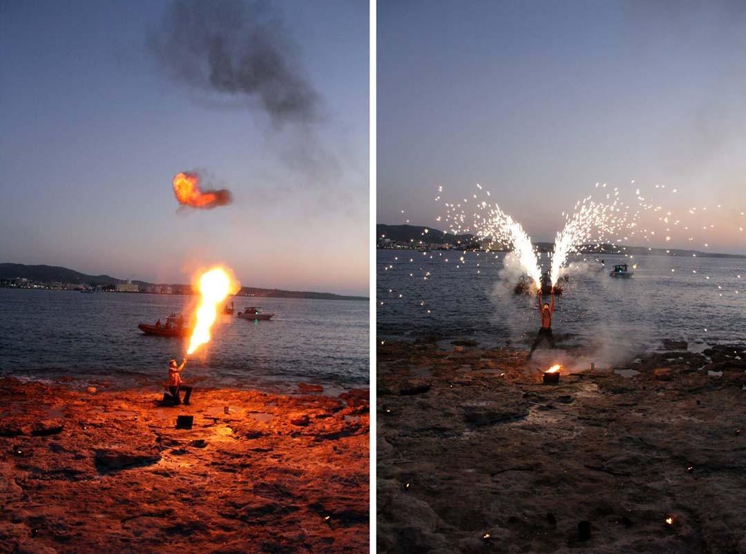 Cracheur de feu sur la plage à Ibiza