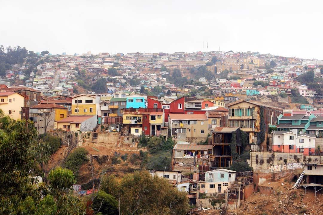 Maisons colorées et collines à Valparaiso au Chili
