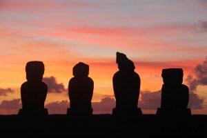 Coucher de soleil sur les Moaïs à l'Ile de Pâques - Rapa Nui