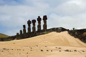 Moaïs sur la plage Anakena à l'Ile de Pâques - Rapa Nui