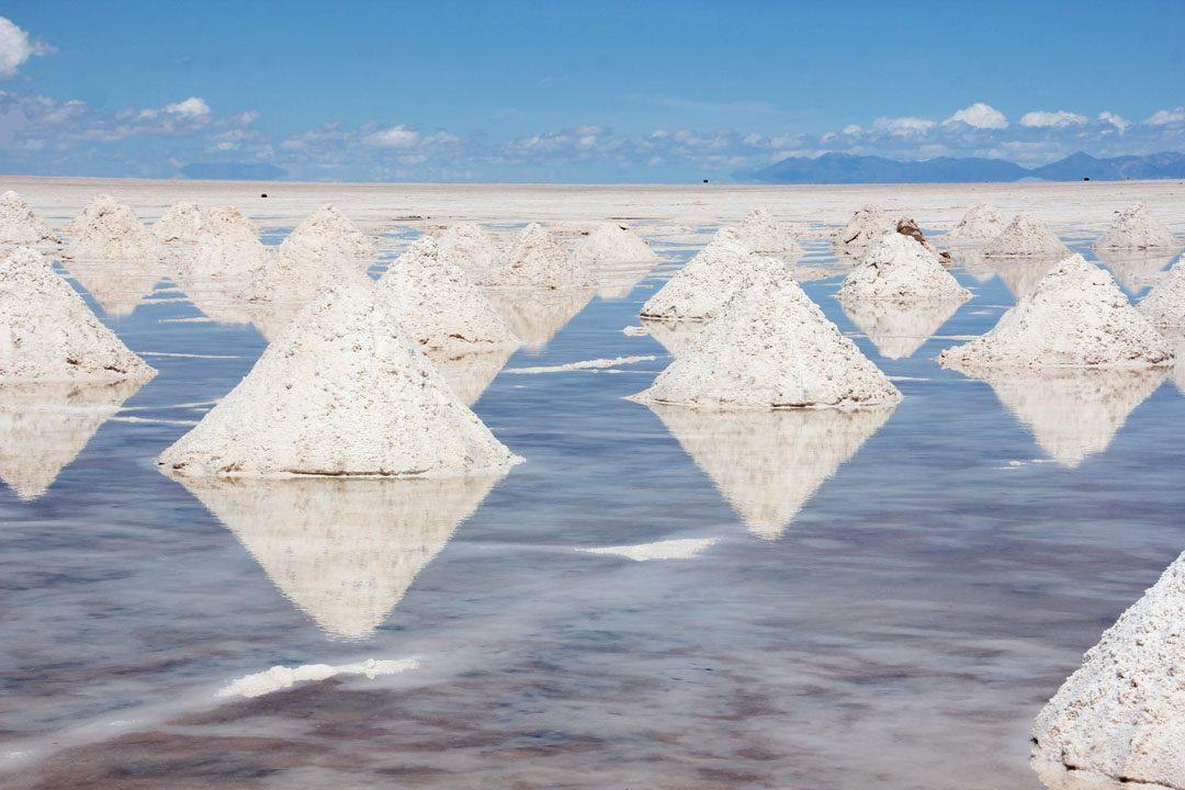 Récolte du sel au Salar d'Uyuni en Bolivie