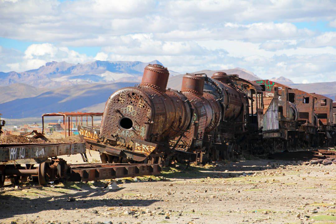 Cimetière de locomotives à vapeur à Uyuni en Bolivie