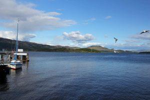 Vue sur le Loch Lomond en Ecosse depuis la ville de Luss