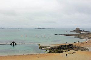 Plage du Bon Secours à Saint-Malo et son plongeoir