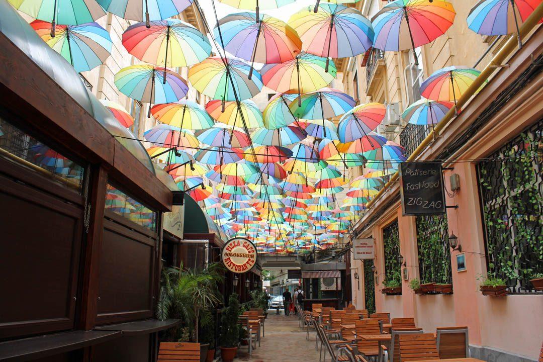 Parapluies suspendus à Bucarest