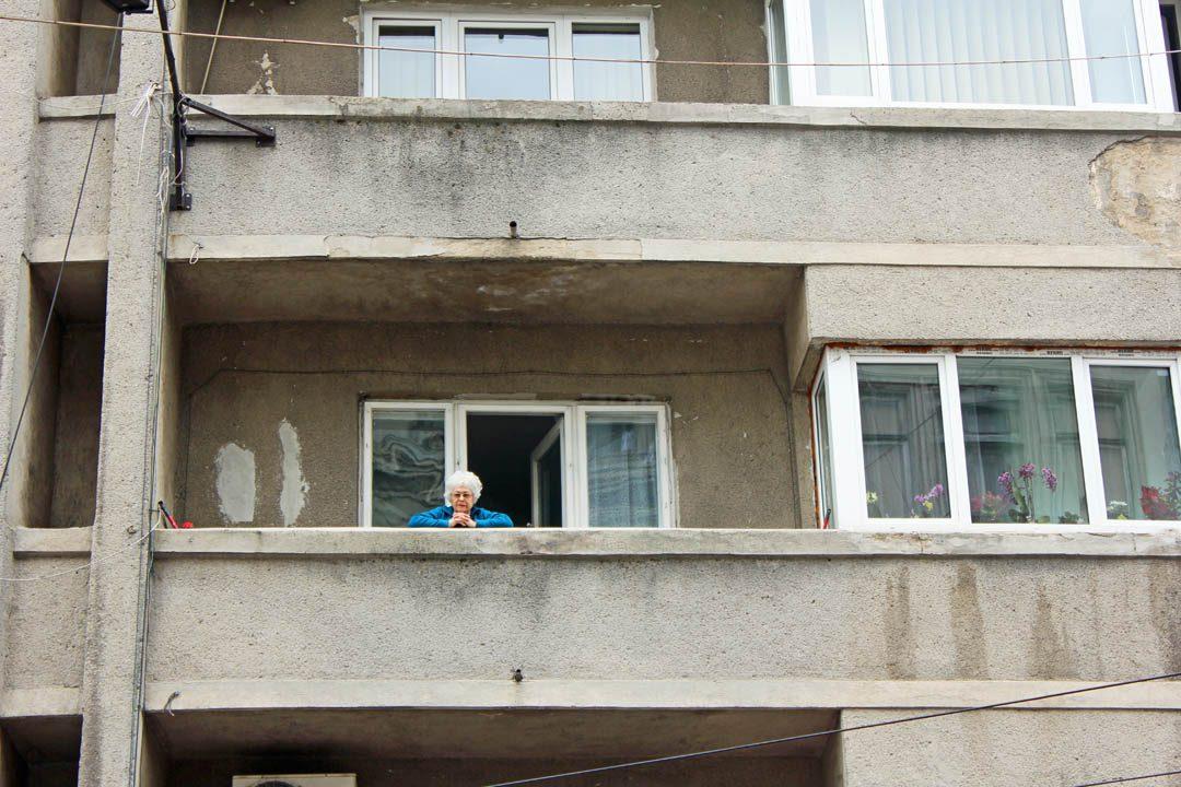 Dame à la fenêtre à Bucarest