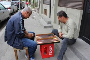 Joueurs de backgammon dans le quartier arménien à Bucarest