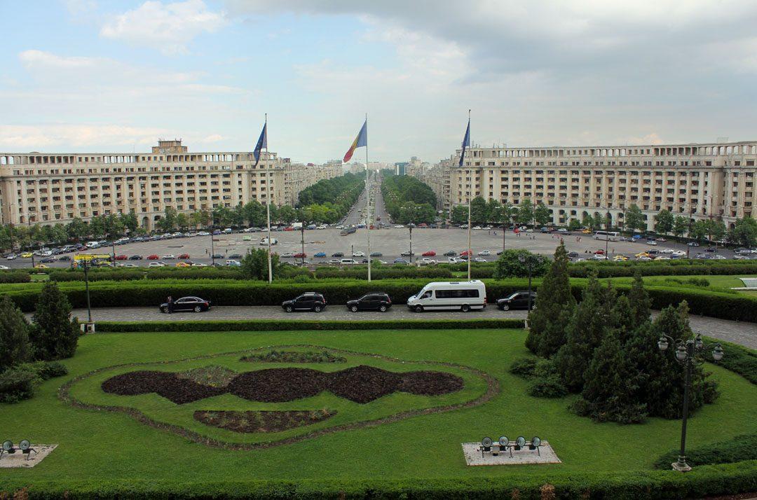 Vue depuis le balcon du Parlement roumain à Bucarest
