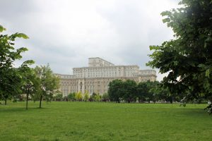Parlement roumain à Bucarest depuis le parc Izvor