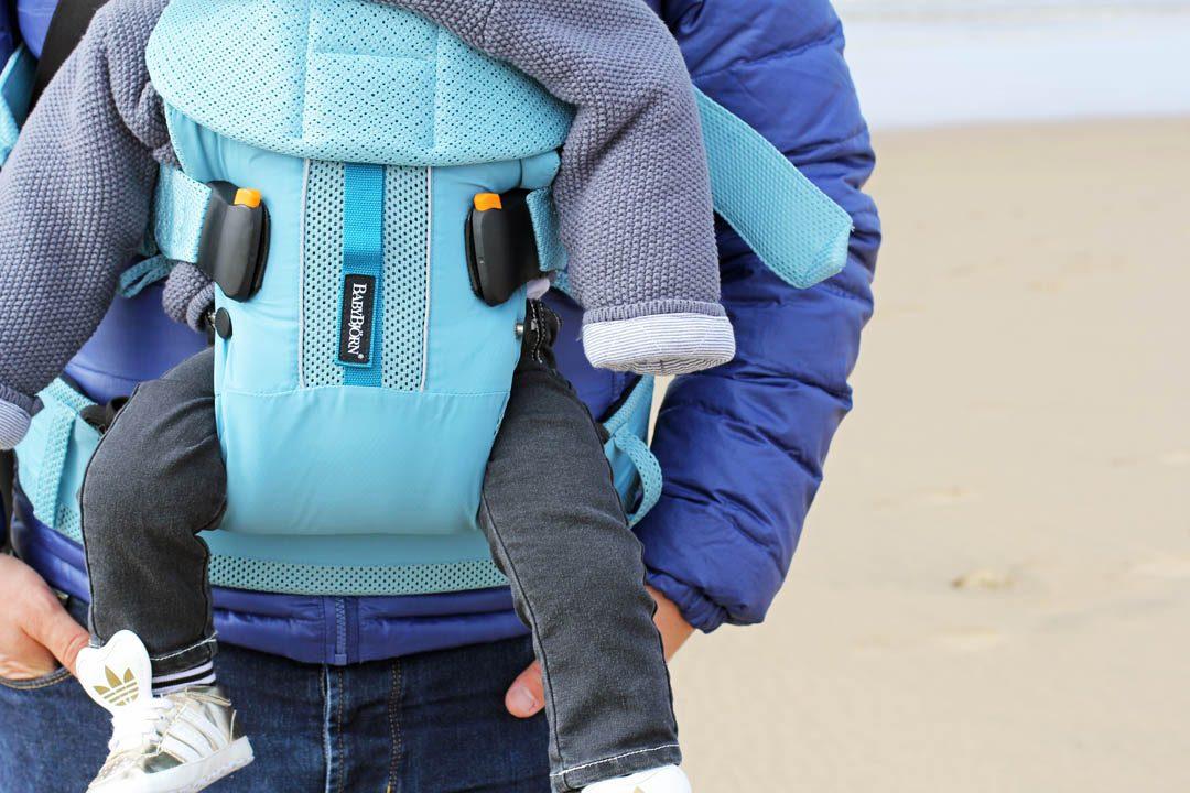 Porte-bébé Babybjörn sur la plage de Noorwijk aux Pays-Bas