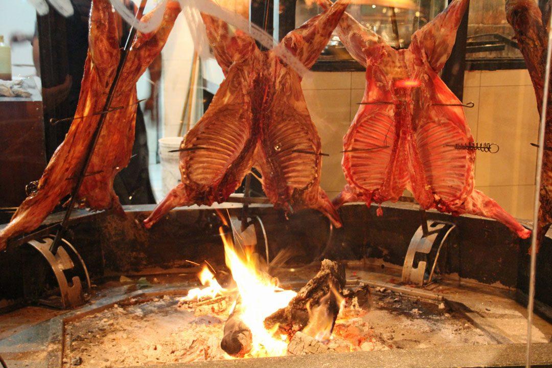 Agneau grillé en Patagonie argentine