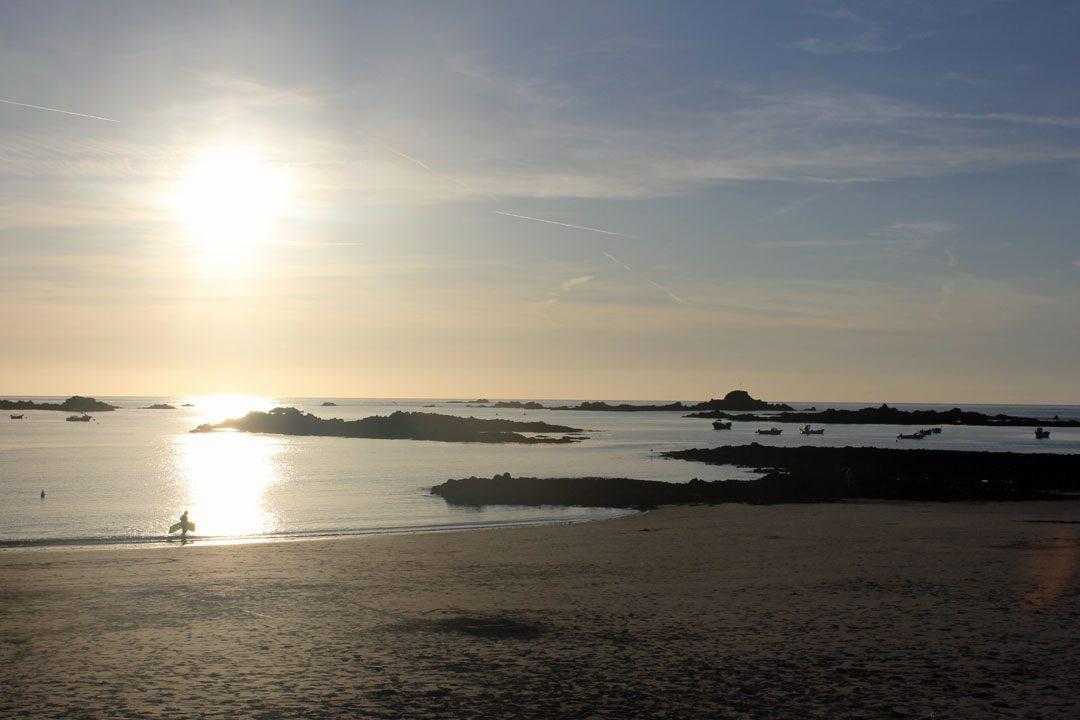 Coucher de soleil à Cobo Bay sur l'île de Guernesey