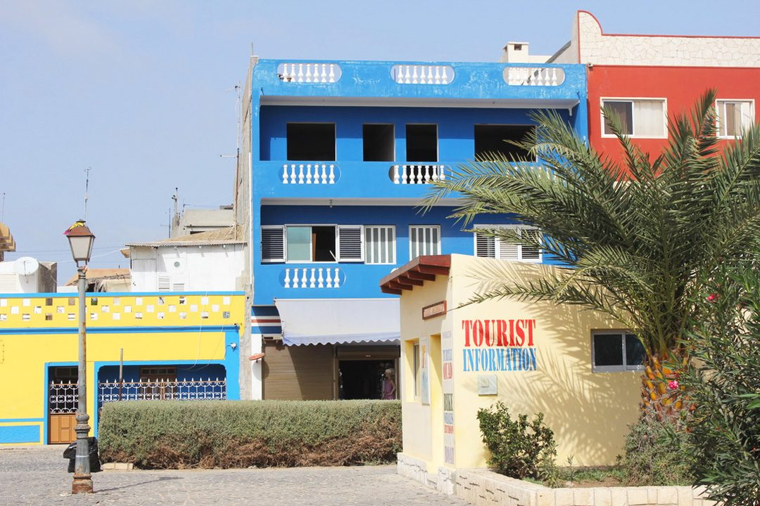 Maisons colorées à Sal Rei sur l'île de Boa Vista au Cap Vert