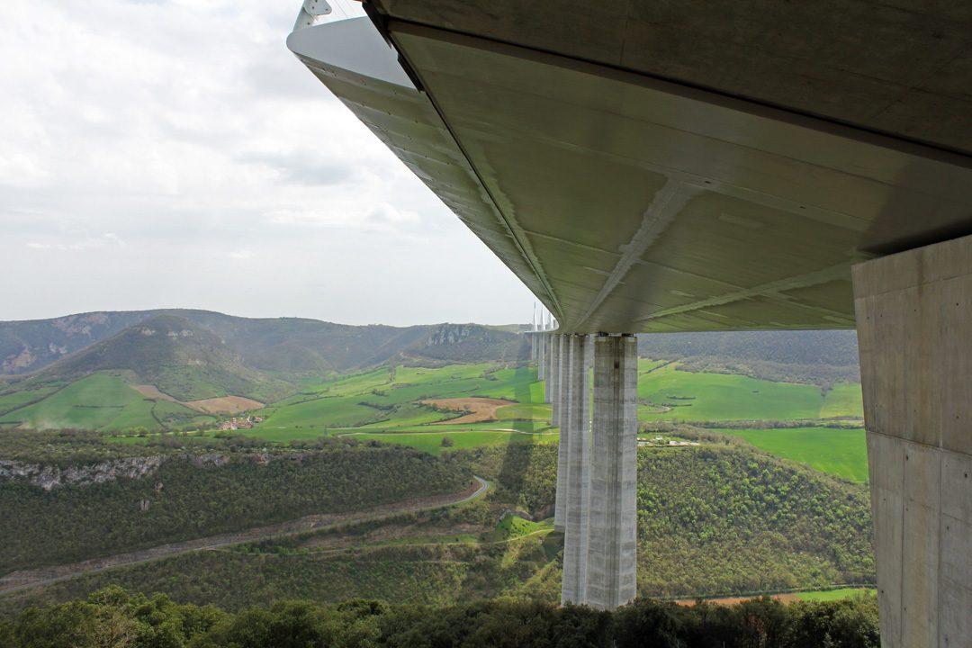 Sous le viaduc de Millau