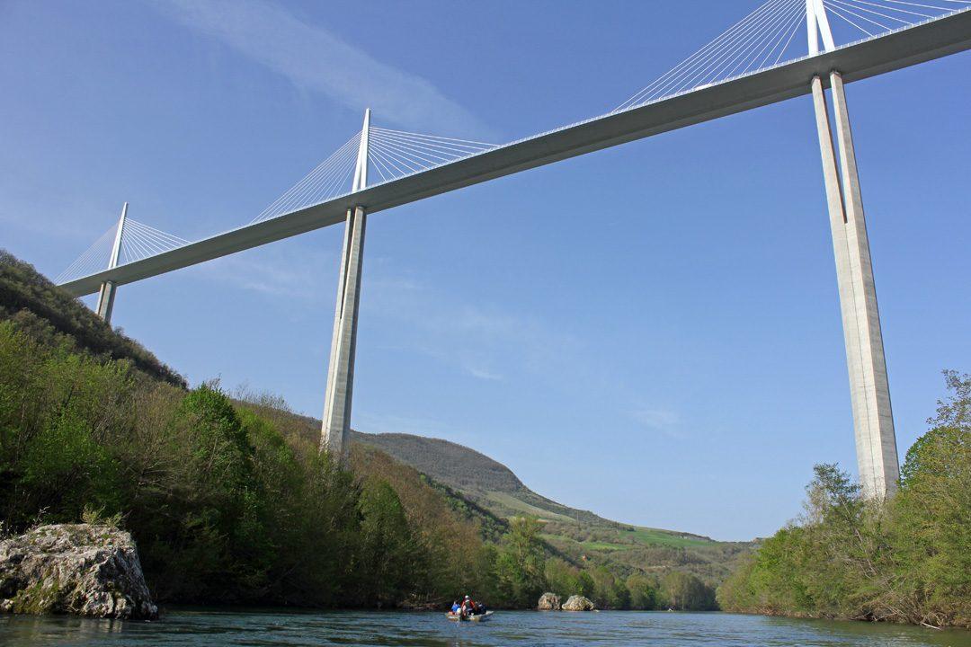 Balade en barque sous le viaduc de Millau