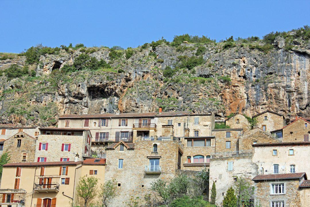 Village troglodyte de Peyre dans l'Aveyron