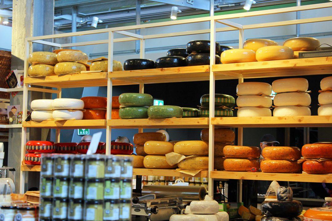 Acheter du fromage hollandais dans la halle au marché de Rotterdam