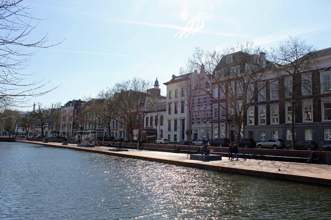 Sur le bord du canal à Rotterdam aux Pays-Bas