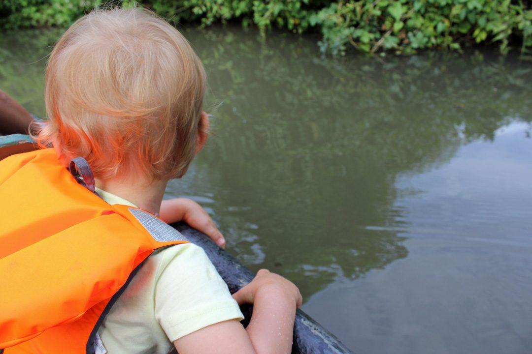 Balade en barque dans le Marais Poitevin avec un bébé