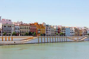 La Calle Betis colorée à Séville en Espagne