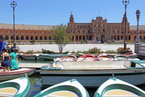 Faire un tour en barque sur la Plaza De Espana à Séville en Andalousie