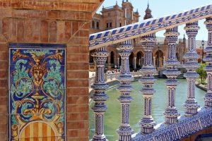 Céramique sur les ponts de la Plaza De Espana à Séville en Andalousie